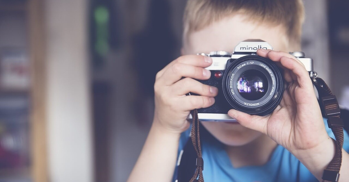 Dečak fotografiše
