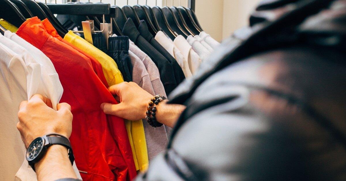 Dečko šopinguje u butiku