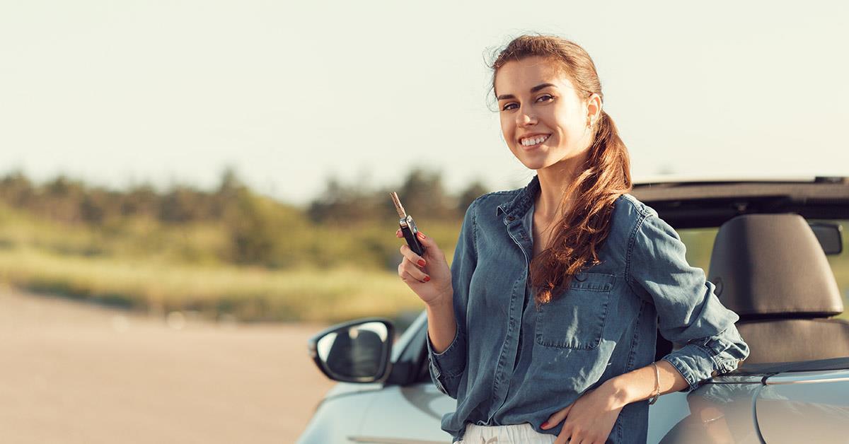devojka drzi kljuceve automobila