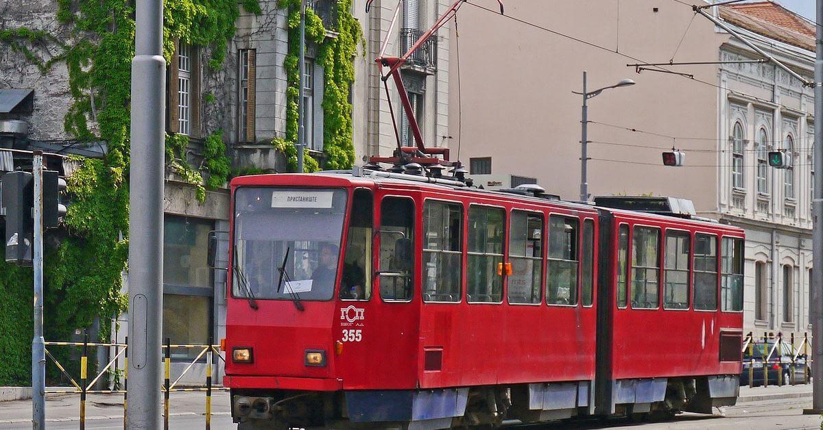 Crveni tramvaj na ulici