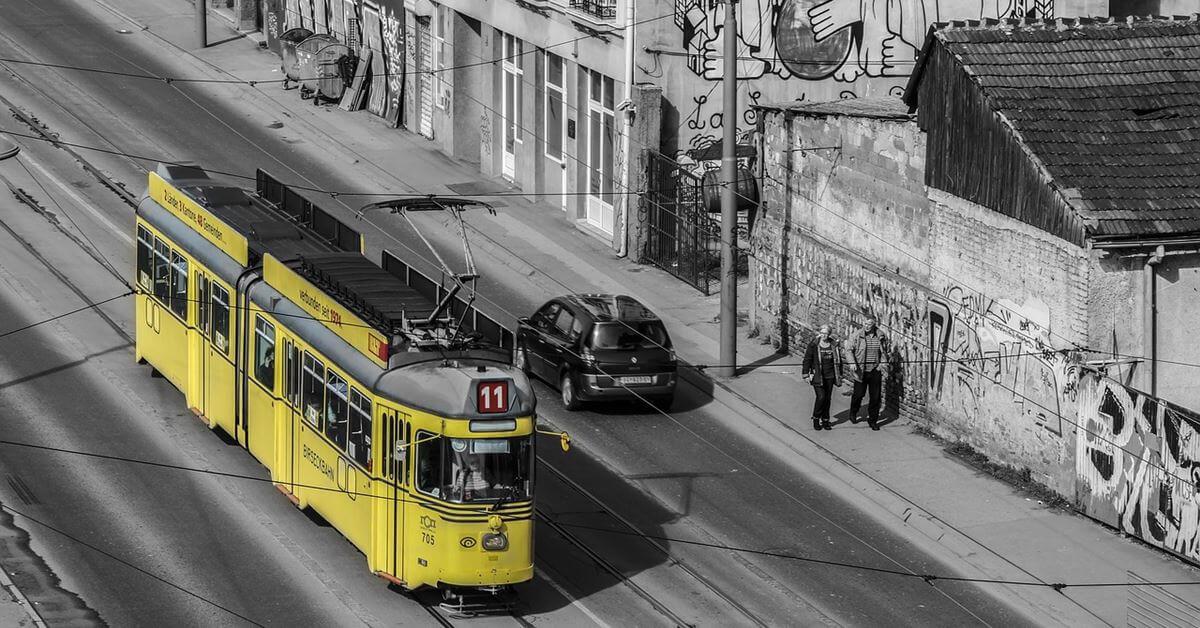 Žuti tramvaj 11 ide ulicom Beograda
