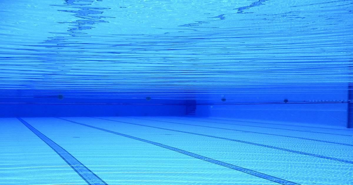 Tirkizna voda u bazenu