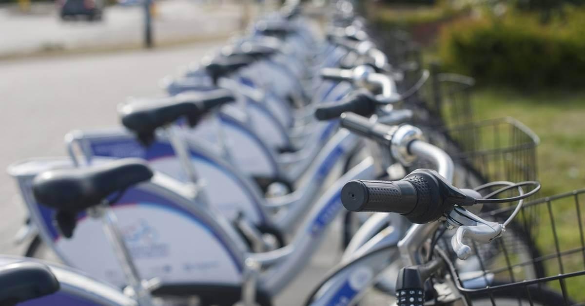 Bicikli parkirani u redu