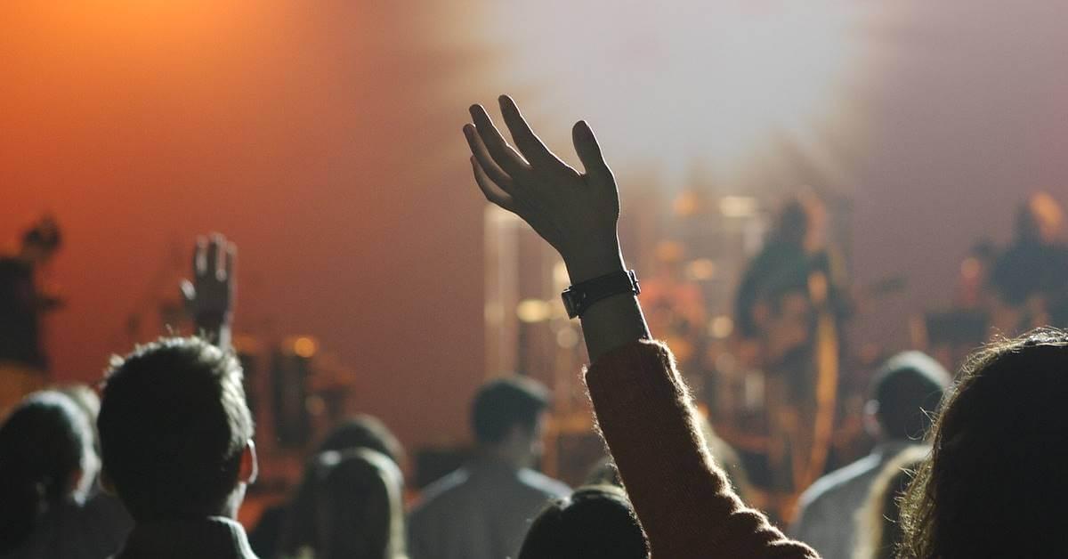 muzički festival i ruke u vazduhu