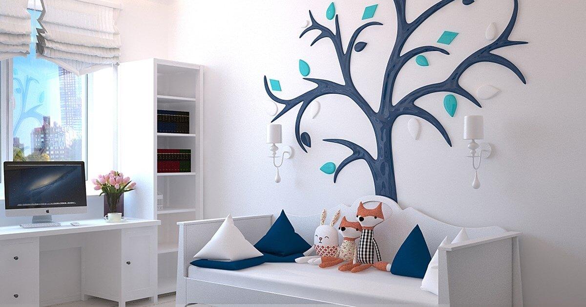 Dečija soba sa belim i plavim motivima