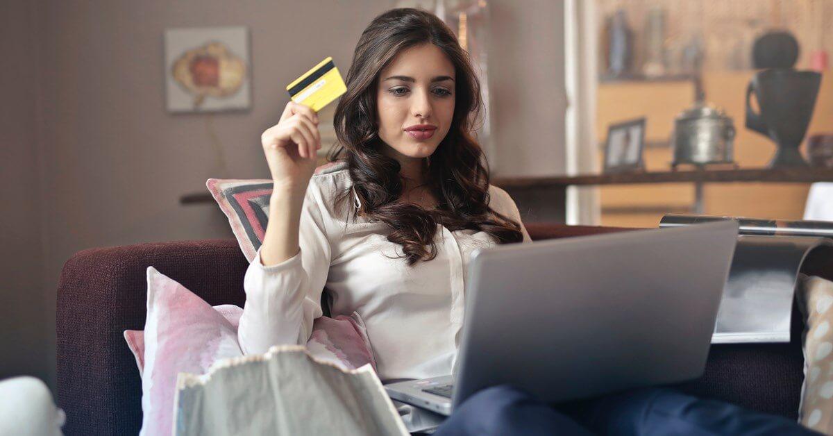 Devojka kupuje preko interneta