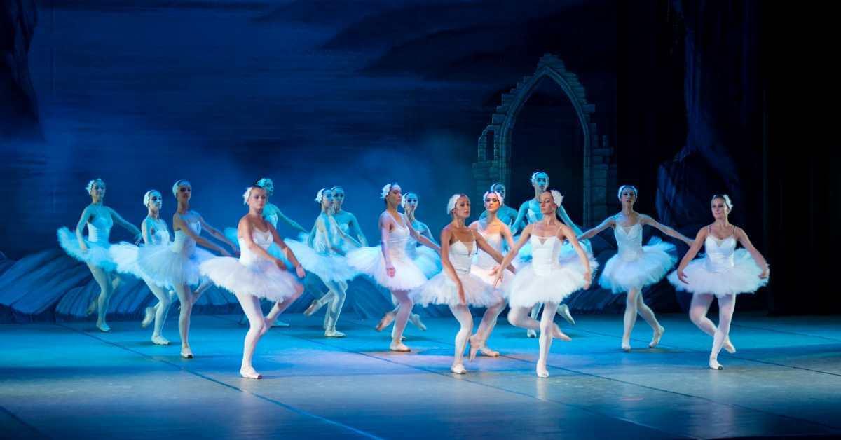 balerine igraju na sceni u pozoristu