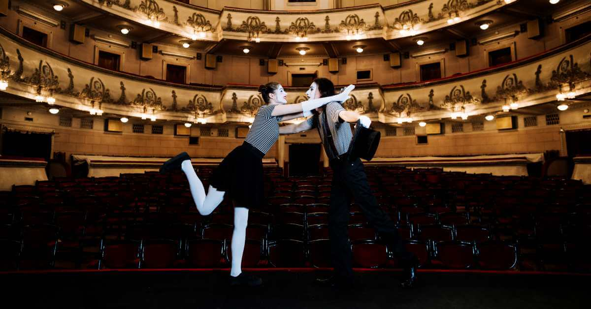 glumci na sceni u pozoristu