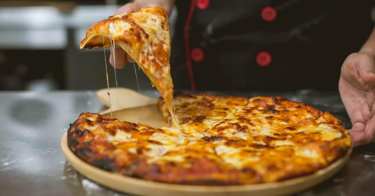 Kuvar drži svežu picu