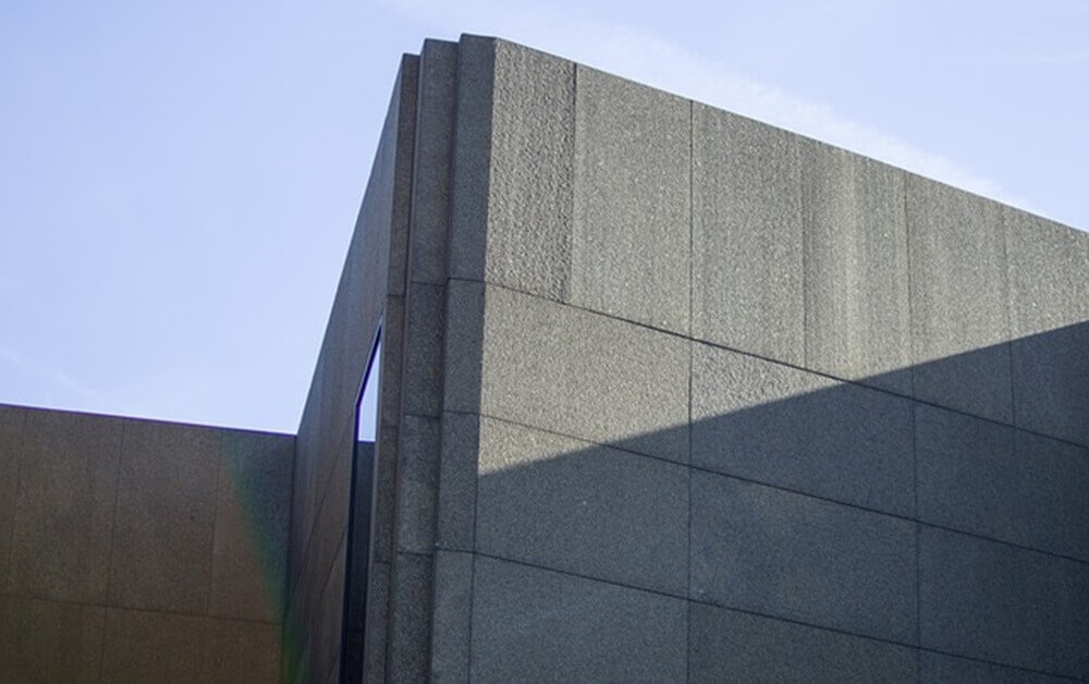 Fotografija betonske zgrade iz vremena komunizma