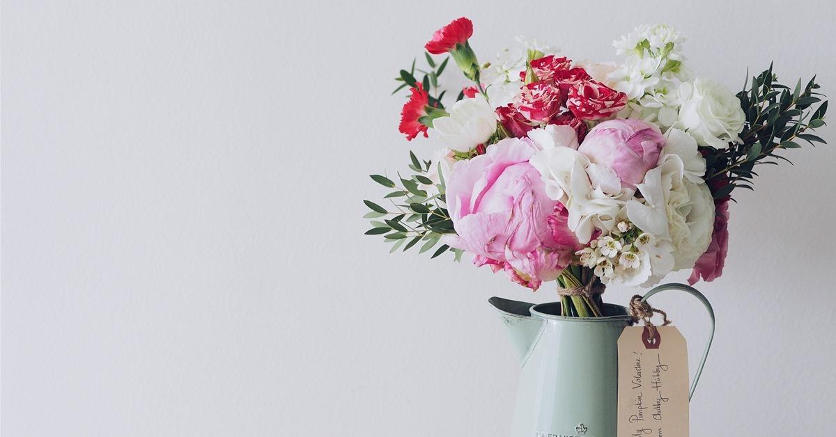 cveća izspre roze pozadine u vazni