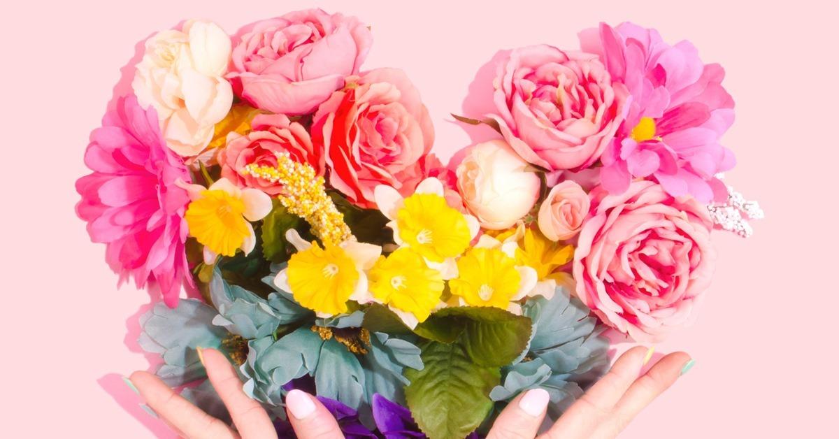 Buket cveća u ruci iza reze pozd
