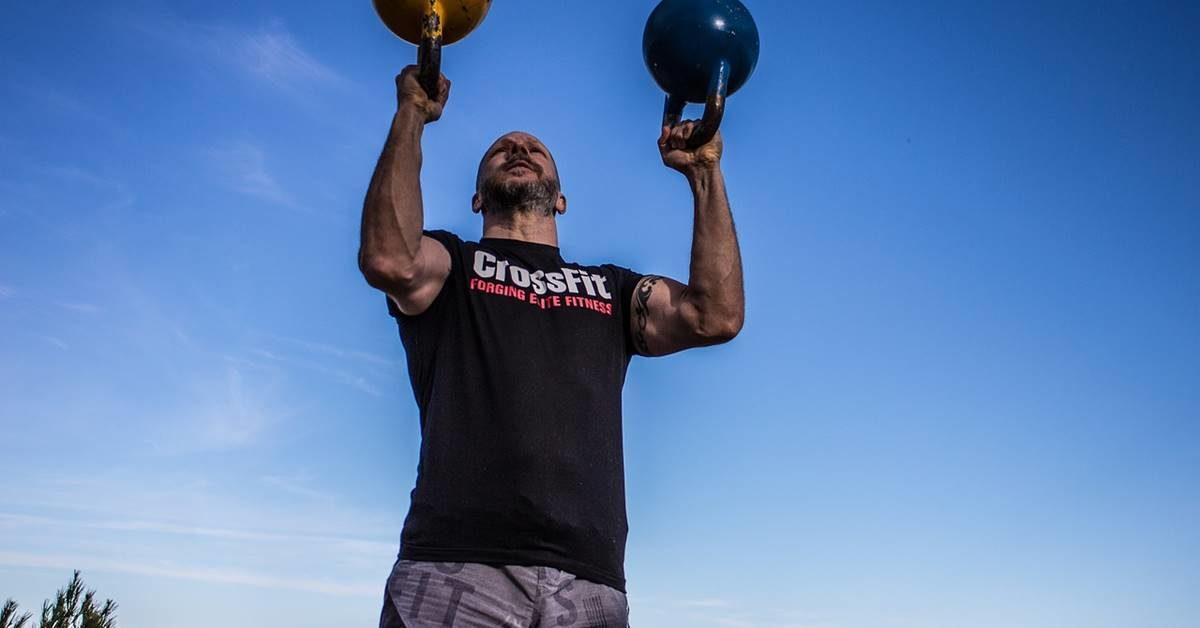 Momak koju vežba u cross fit majici