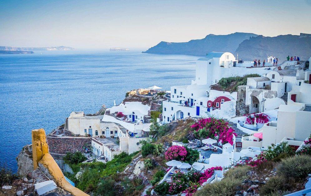 Grčki grad Santorini na obali mora