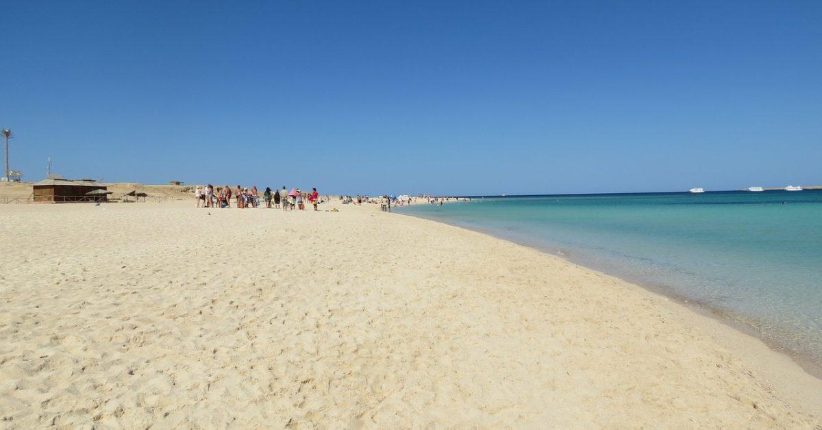 Sitan pesak na morskoj plaži