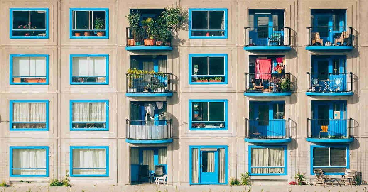 Fotografija zgrade sa stanovima i terasama