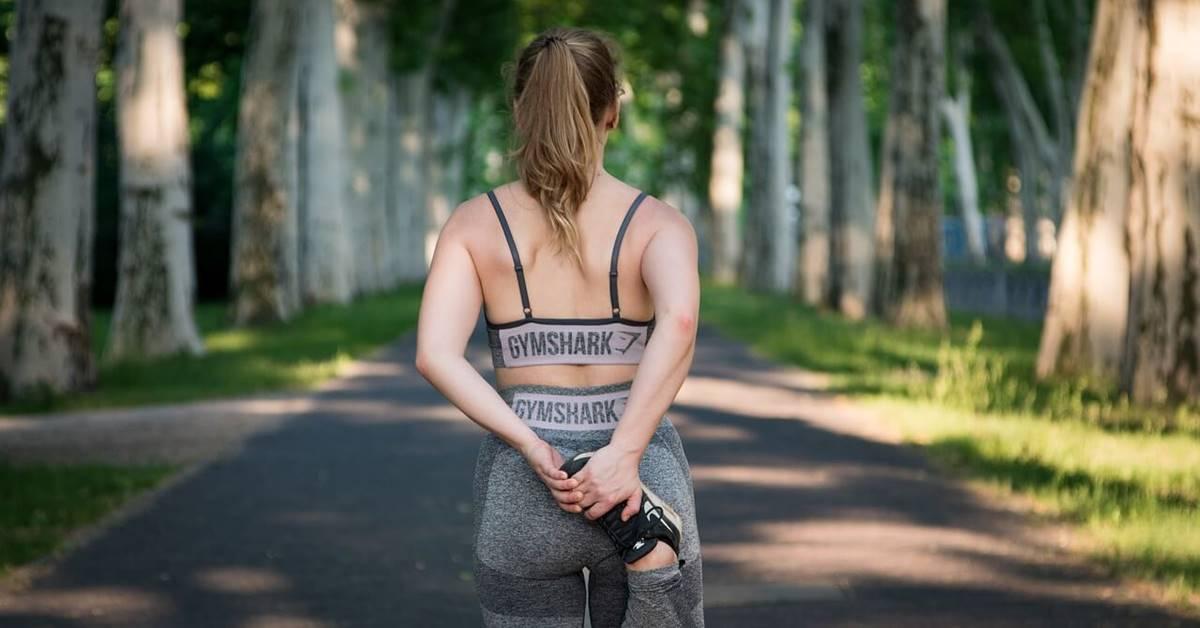 Devojka u sportskoj opremi za trčanje