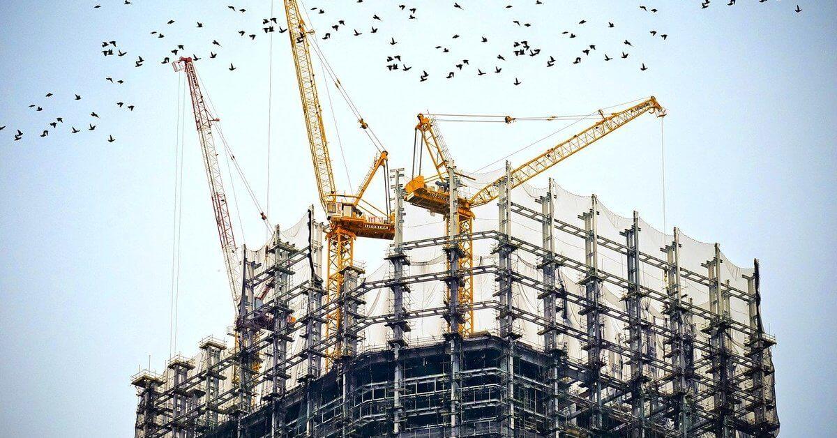 zgrada u izgradnji sa kranovima