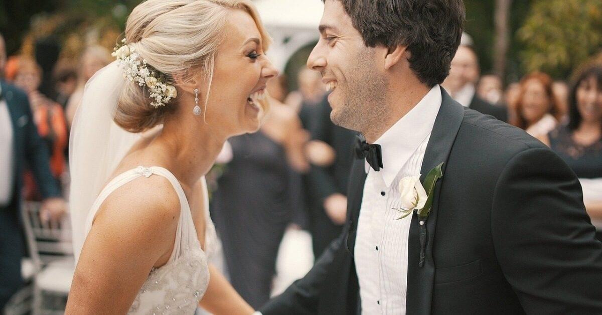 Mlada i mladoženja se smeju na svadbi