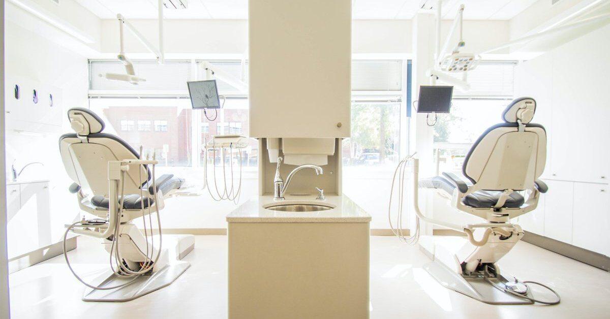 Stolice za pregled pacijenatana u stomatološkoj ordinaciji