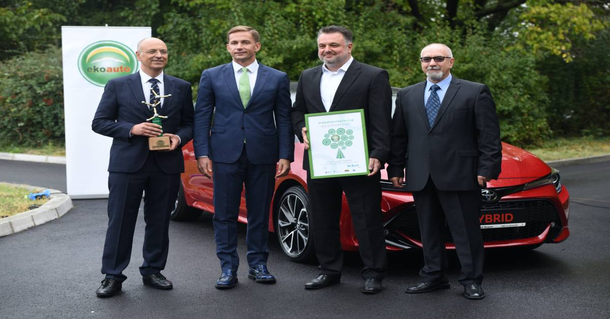 Fotografisanje muškaraca ispred automobila nakon dobijalja priznanja