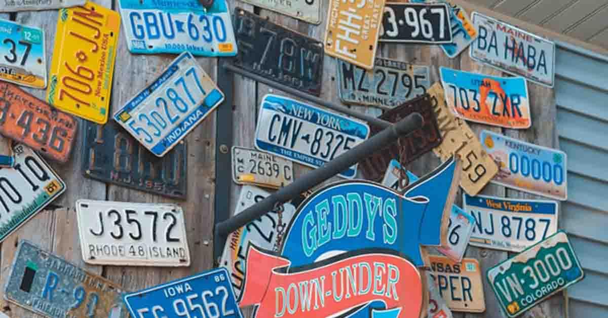 Različite američke registarske table na zidu