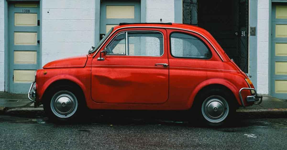 Stari model crvenog fijata na ulici