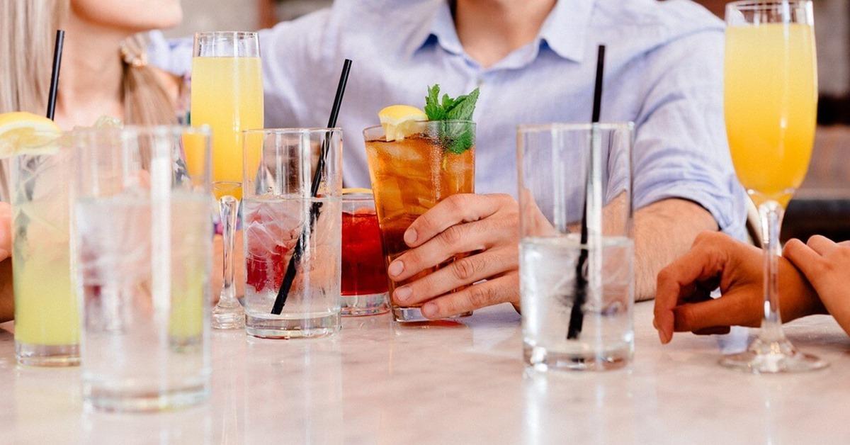 Ljudi koji piju koktele za stolom