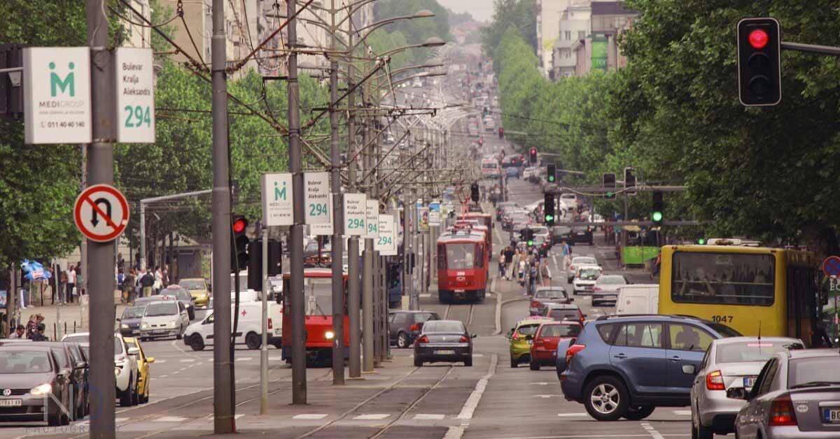 Ulica Kneza Miloša u Beogradu, gust saobraćaj, mnogo automobila i tramvaja