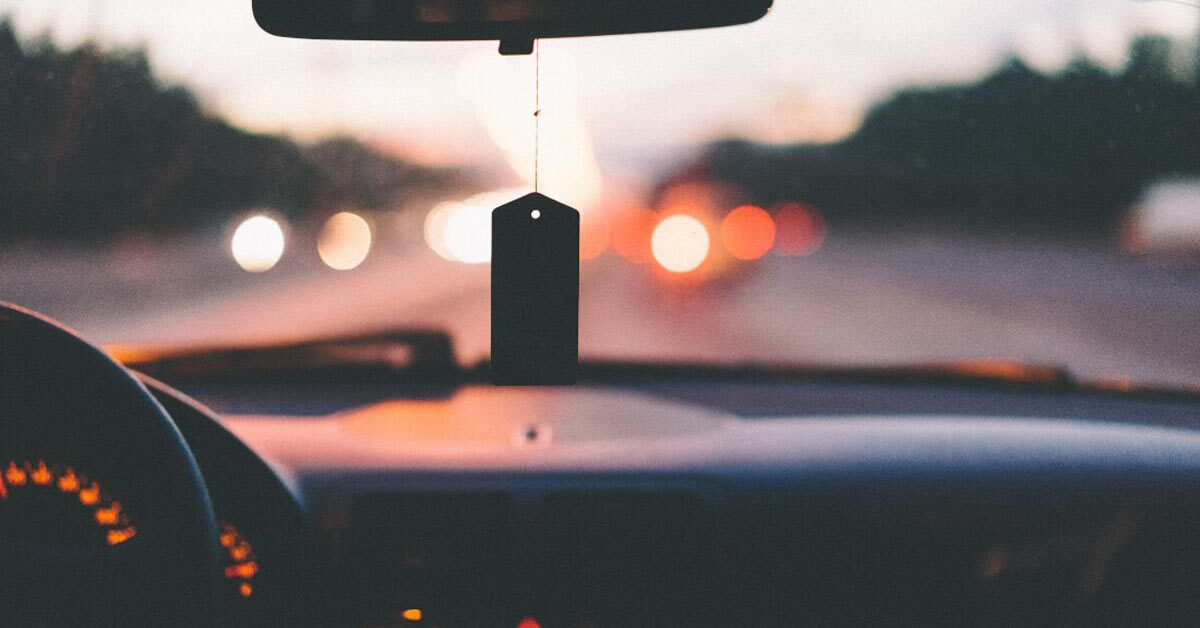 Prikaz unutrašnjosti vozila na putu