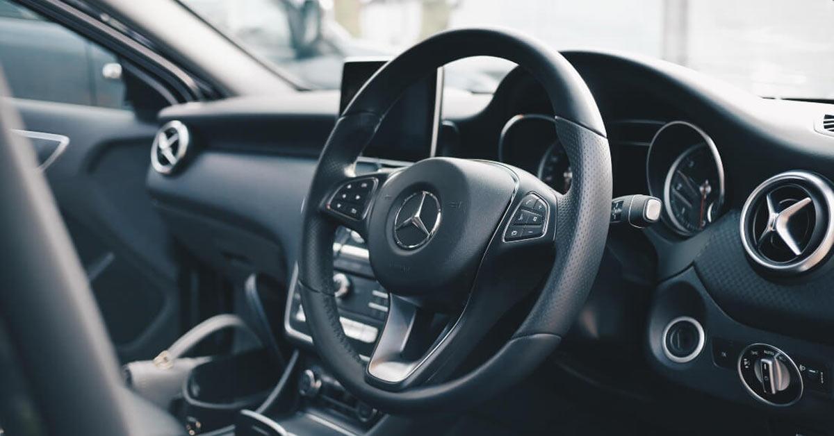 Unutrašnjost mercedesa sa fokusom na volan i kontrolnu tablu
