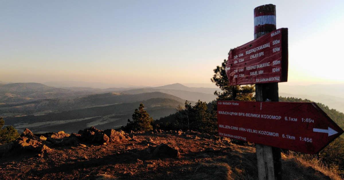 Prikaz putokaza na vrhu planine