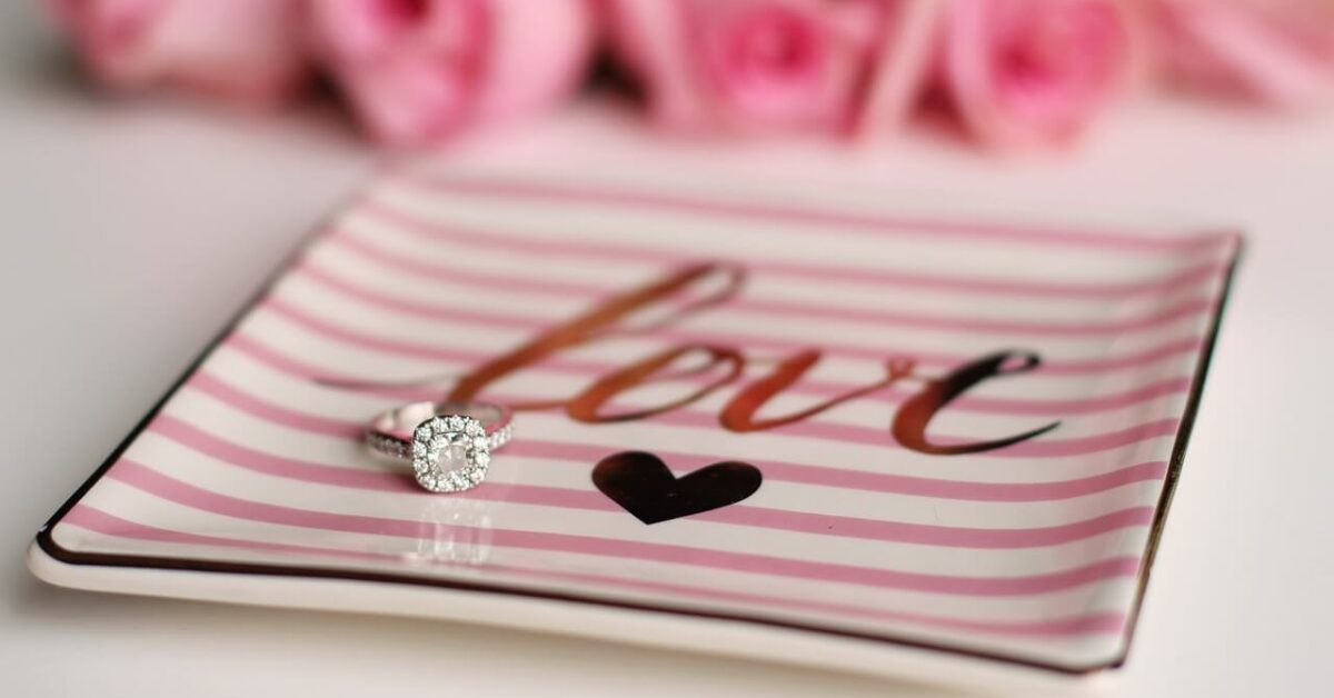 Prikaz verenickog prstena na roze ukrasnoj tacni