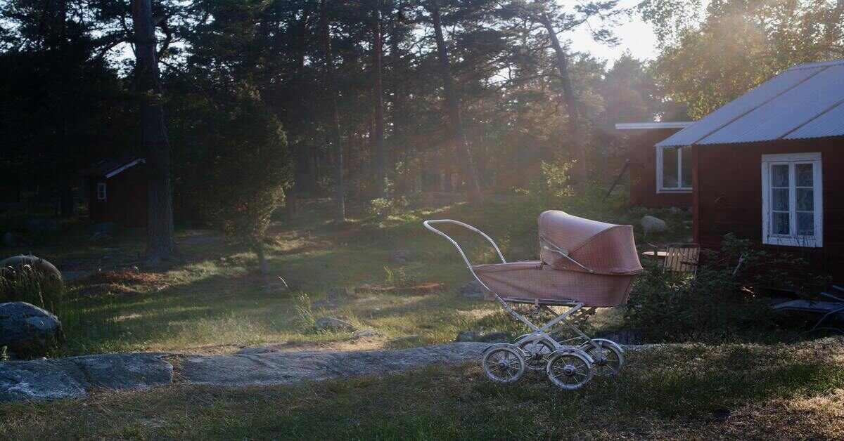 kolica za bebu u dvorištu iza kuće