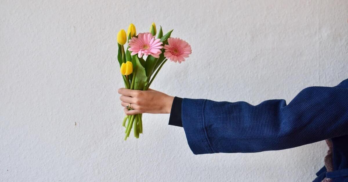 Ruka u kojoj je buket cveća