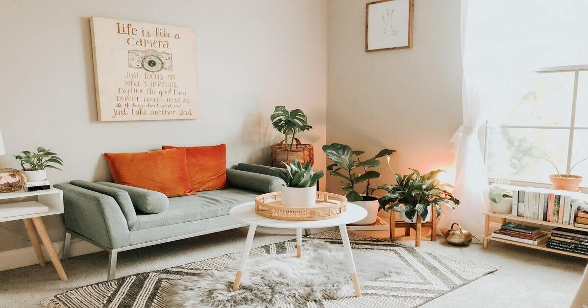 enterijer dnevne sobe sa nameštajem raznolikih boja