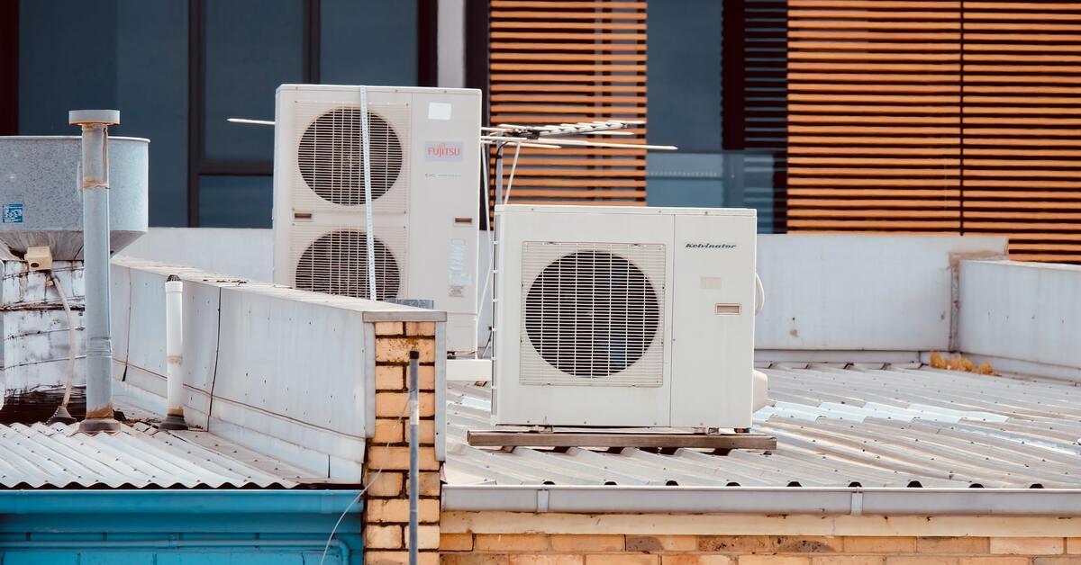 klima uredjaji na krovu zgrade