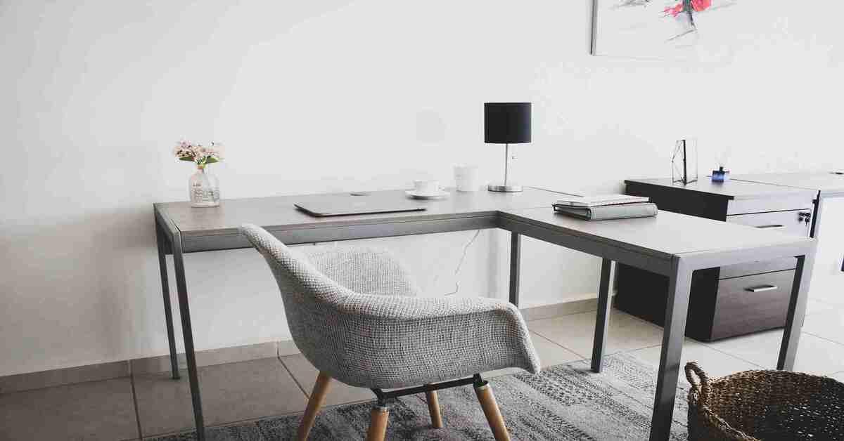 kancelarija sa sivim nameštajem