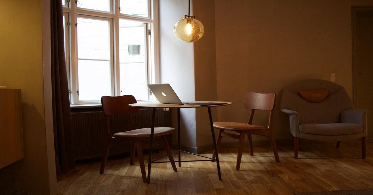 prostorija u kojoj su dve braon fotelje i radni sto