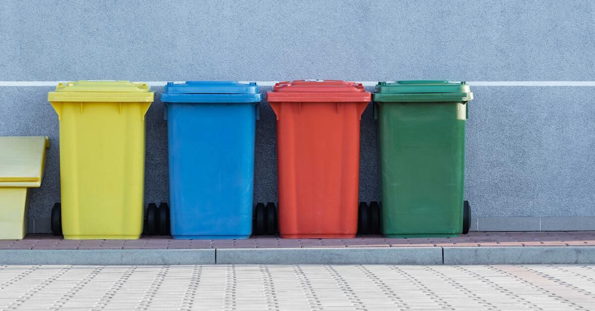 raznobojne kante za smeće poređane do zida